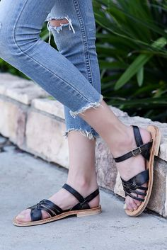 SENADO is a black sandal that will take you back to the innocence of childhood. This adorable sandal is timeless and comfortable, and integrates old world craftsmanship. This sandal is twice tanned to ensure maximum flexibility, creating the feeling of walking barefoot.