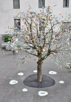 On the occasion of the 150th anniversary of Nestlé Tinker imagineers has designed the family experience 'nest'. Life-size tree composed of 1200 handmade flowers by artist Rina van der Weij.