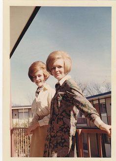 Lucienne et Raymonde, mes cousines .. Elles ne mettaient jamais leurs casque pour faire du vélomoteur !!