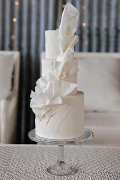 Original content: 33 Simple Romantic Wedding Cakes Do you prefer elegance to opulence? If your reception is going to be simple and you have. White And Gold Wedding Cake, Metallic Wedding Cakes, Luxury Wedding Cake, Floral Wedding Cakes, Wedding Sweets, Fall Wedding Cakes, Elegant Wedding Cakes, Floral Cake, Wedding Cake Designs