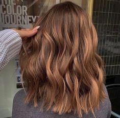 Balayage Hair Caramel, Hair Color Caramel, Brown Hair Balayage, Hair Color Balayage, Light Caramel Hair, Short Caramel Hair, Bronde Hair Dye, Caramel Lob, Caramel Highlights