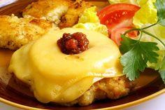 Kotlet schabowy przepis z ananasem to zupełnie inne spojrzenie na uwielbianego przez Polaków schabowego. Delikatny posmak słodkości idealnie ożywia mięso i gwarantuje rewelacyjny smak. Spróbuj kotleta schabowego po hawajsku. To idealne połączenie soczystego mięsa, lekko słodkiego i orzeźwiającego ananasa oraz ciągnącego się żółtego sera. Najlepsze na rodzinny obiad, który zaskoczy wszystkich.