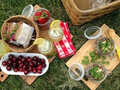 メイソンジャーがあればサラダやフルーツ入れとして使えます。そのまま容器を広げるだけでオシャレなピクニックランチになりますよ。