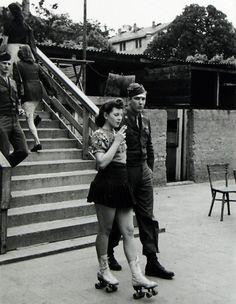 Una giovane donna sui pattini insieme al soldato da lei amato. (Anni '40). Autore sconosciuto.