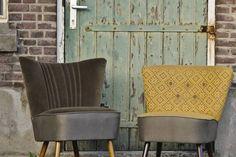 Mooie vintage cocktail chairs; binnenwerk is geheel vervangen, vervolgens gestoffeerd met hoogwaardige velours meubelstof  ton-sur-ton en stoffen uit de collectie van Kobefab. Comfortabele fauteuils met een perfecte zit, bestaande uit een pakket van veren. Periode: jaren '50