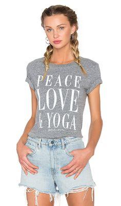 Compra Spiritual Gangster CAMISETA PEACE LOVE   YOGA en Gris Brezo en  REVOLVE. Envío y cc556857c0b6a