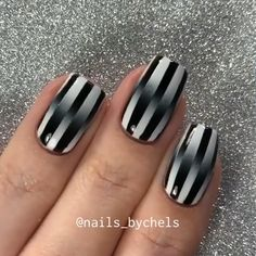 Nails Discover Nail tutorial by Back and white queen nail art. Ombre black and white with lines. Nail Art Hacks, Nail Art Diy, Diy Nails, Nagellack Design, Nagellack Trends, Bright Summer Acrylic Nails, Cute Acrylic Nails, Summer Nails, Nail Art Designs Videos