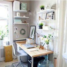 Schöne Regale und geräumige Kisten bieten Platz für all Deine Sachen – und lassen Dein Homeoffice sofort aufgeräumter wirken. | 18 tolle Ideen, wie Du Dein Büro zuhause schön gestalten kannst