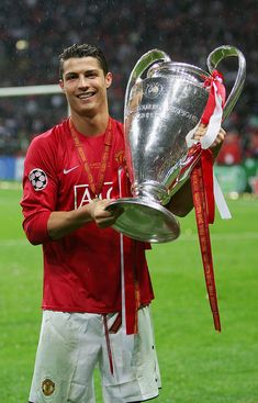 MOSCOW MAY Cristiano Ronaldo of Manchester United poses with the trophy f Cristiano Ronaldo Manchester United, Cristiano Ronaldo Junior, Cristiano Ronaldo Juventus, Cristiano Ronaldo 7, Neymar, Ronaldo Champions League, Manchester United Champions League, Manchester United Players, Ronaldo Soccer Player