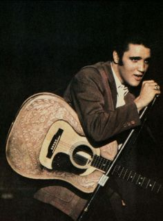 Elvis Presley sings on stage Young Elvis, Burning Love, Buddy Holly, Elvis Presley Photos, Chuck Berry, Thats The Way, Graceland, Photos Du, Rare Photos