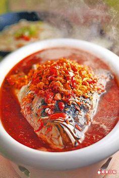 湘味剁椒魚頭 1280元/附麵  魚頭新鮮,鹹香帶辣的醬汁搭配麵條吃來很痛快。攝影╱周頌德