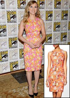 SCARLETT JOHANSSON  La actriz apostó por un vestido de corte recto con estampado floral de colección Resort 2014 de Versace. Este de la marca Pim + Larkin es igualito y cuesta muchísimo menos, y más ahora que está en especial por solo $22.97 en piperlime.com.