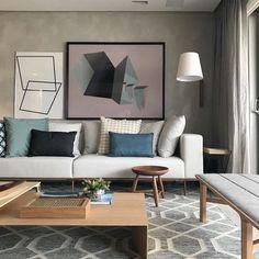 Sala com um mix de cores que amo {} A parede em cimento queimado é um queridinho, e os toques de azul e a madeira equilibraram o ambiente…