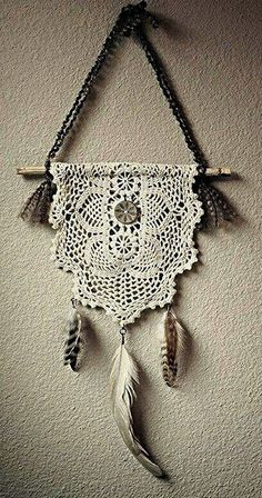 Atrapasueños en crochet - Ideas geniales ⋆ Manualidades Y DIY Crochet Diy, Crochet Home, Crochet Doilies, Crochet Wall Art, Crochet Feather, Crochet Ideas, Dreamcatchers, Doily Art, Doily Dream Catchers