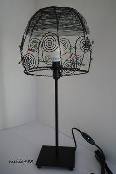 drátovaná lampa II. stolní lampa vyrobená z černého drátu. Výška lampy celkem 52cm, stínidlo vysoké 20cm.