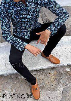 """Camisita floreada, pantalón de gabardina negro y mocasín café de ribete. Artículos hechos en México por la marca """"Moon & Rain"""" y de venta exclusiva en """"Tiendas Platino"""" #TiendasPlatino #Moda #Hombre #Camisa #Pantalón #Calzado #Mocasín #Outfit #Mens #Fashion #Dapper #Ropa #México #Looks #Style Stylish Mens Outfits, Stylish Boys, Casual Outfits, Men Casual, Fashion Outfits, Blue Blazer Outfit Men, Modern Mens Fashion, Fashion Men, Moda Formal"""