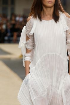 The complete Chloé Spring 2014 Ready-to-Wear fashion show now on Vogue Runway. Fashion Details, Look Fashion, Fashion Show, Fashion Design, Fashion Models, Fashion Week, Runway Fashion, Fashion Trends, Style Haute Couture