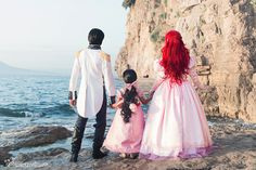 Family cosplay Disney Eric, Ariel, and Melody Little Mermaid 2 Disney Cosplay, Disney Costumes, Cool Costumes, Ariel Cosplay, Mermaid Costumes, Disney Princess Cosplay, Disney Pixar, Disney And Dreamworks, Disney Magic
