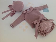 Polainas Bebé Boutique Infantil Handmade Baby Clothes, Knitted Baby Clothes, Baby Knits, Knitting For Kids, Baby Knitting, Vintage Kids Fashion, Baby Couture, Baby Socks, Baby Sweaters