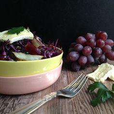 Lun efterårsalat med bagte jordskokker, quinoa, blå druer, rødkål & brie