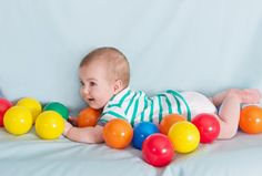 Viele Mamis und Papis fragen sich, wie sie sich am besten mit ihrem Neugeborenen beschäftigen können. Was mag es, wenn es wach ist? Nur Zärtlichkeit oder schon ein bisschen Anregung?