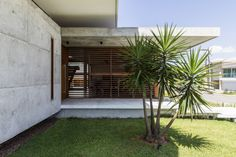 This concrete coastal house in Brazil was designed by locally based Martins Lucena Architects to capture prevailing breezes and minimise solar heat gain. Concrete Siding, Stone Siding, Wood Siding, Green Siding, Garden Pool, Residential Architecture, Modern Architecture, Building A House, Backyard