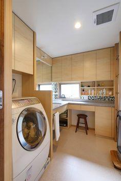洗面室: 池田デザイン室(一級建築士事務所)が手掛けた洗面所/お風呂/トイレです。 Dream Home Design, House Design, Kitchen Interior, Kitchen Design, Japan Apartment, Kitchen Dinning, Laundry Room Storage, Japanese House, Home And Deco