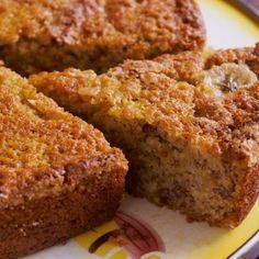 Aprende a preparar torta de plátano maduro con esta rica y fácil receta.  La torta de plátano maduro es un postre con una textura seductora, suave y firme, perfecta...