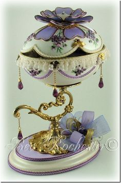 Bev-Rochester-Lilac-and-Lavender-Faberge- styl egg Fabrege Eggs, Faberge Jewelry, Carved Eggs, Duck Eggs, Egg Crafts, Egg Designs, Lilac Flowers, Egg Art, Glass Art