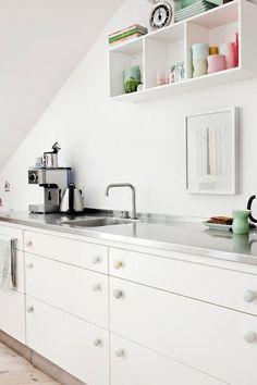 pastelowe, ceramiczne gałki do mebli w białej kuchni