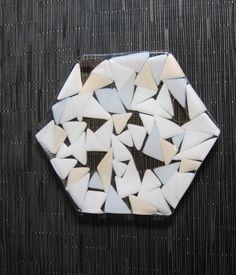 白や透明、サーモンピンクの三角のガラスを散らした六角形のお皿です。色合いは大人しくどんなお料理にも合いますし、お洒落な六角形の中に三角のガラスがアトランダムに...|ハンドメイド、手作り、手仕事品の通販・販売・購入ならCreema。