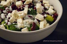 Brokułowa sałatka z fetą i czerwoną fasolą