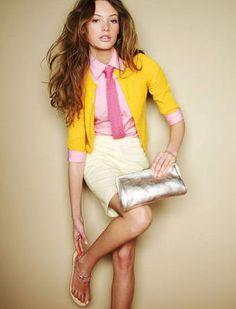 ピンクシャツにイエローカディガンをコーデ、タッキースタイルの女性