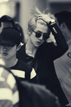 OMG.... Look at that boy..... Sehun is slowly killing me!!!!