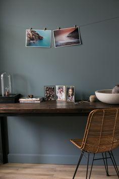 We vinden dit een geweldig idee om foto afdrukken in huis op te hangen. Eenvoudig, maar heel doeltreffend. Bestel je foto afdrukken bij Albelli. Office Desk, Photos, Prints, Furniture, Home Decor, Home, Simple, Ideas, Desk Office