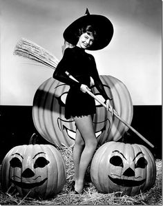 Classic Hollywood Witches Classic Hollywood actress Cyd Charisse, vintage Halloween pin-up girl photo. Need a costume idea for Halloween and love vintage? Here are some spooky outfits from classic actresses. Halloween Tags, Retro Halloween, Photo Halloween, Halloween Fotos, Halloween Pin Up, Vintage Halloween Photos, Halloween Pictures, Happy Halloween, Vintage Witch Photos