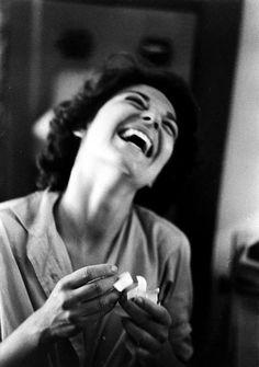 """Anne BANCROFT en 1959 sur le tournage du film """"The miracle worker"""" (чудо в Алабаме) d'Arthur PENN, film qui sortira en sous l'oeil de la photographe Nina LEEN. Anne Bancroft, Smile Face, Make You Smile, Monochrome, The Miracle Worker, Beautiful Smile, Belle Photo, Black And White Photography, Portrait Photography"""