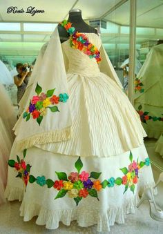 Mexican hand embroidered wedding dress - Sites new Quince Dresses Mexican, Mexican Style Dresses, Mexican Quinceanera Dresses, Floral Homecoming Dresses, Mexican Outfit, Quinceanera Cakes, Wedding Dresses, Dama Dresses, Nice Dresses
