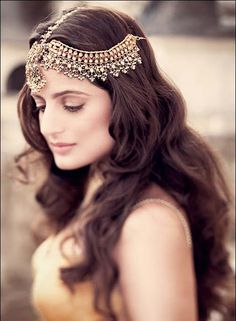 "I wish I could look like this ha! ""Some lovely tousled hair, a perfectly set hair piece (Jaipur Kundan Jewelry), and the right touch of bronzey pink makeup, so perfect for the romantic Bride"" Fashion Trends 2018, Tousled Hair, Messy Hair, Soft Hair, Soft Curls, Wavy Hair, Indian Wedding Jewelry, Bridal Jewelry, Hair Jewellery"