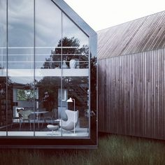 ✭Love the length of this native grass? Also adore the glass building & old timber cladding, just beautiful! Architecture Durable, Contemporary Architecture, Architecture Details, Interior Architecture, Beautiful Architecture, Landscape Architecture, Residential Building Design, Residential Architecture, Interior Exterior