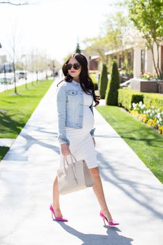 This combination of pink heels, the whit dress and light blue denim jacket is gorgeous.