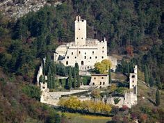 castello medievale dell'XI secolo che domina il paese di Avio in provincia di Trento.