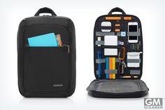 Cocoon's Slim Backpackは開けば必要なものが瞬時に取り出せるバッグ