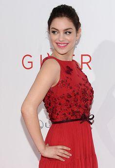 """Odeya Rush brilla alla premiere di """"The Giver"""" con un abito elegante e sensuale di Georges Hobeika Couture.http://www.sfilate.it/230905/abito-sensuale-rosso-georges-hobeika-couture-per-odeya-rush"""