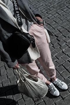 Das sind die Sneaker Trends 2018! Schau dir die neusten Trends in Sachen Sneaker | Kontrast-Sneaker von Maripe mit rosa Chino Hose und grauem Wollblazer | Ootd, Outfit, Fashionblhgger Look | Julies Dresscode Fashion Blog | Juliesdresscode.de