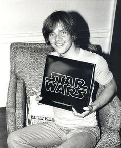 Mark Hamill with the Star Wars Original Motion Picture Soundtrack. My parents had this same LP until about 5 years ago. They sold it to Half Price Books. I cried when I found out. Star Wars Film, Star Wars Cast, Mark Hamill Luke Skywalker, Star Wars Luke Skywalker, Anakin Skywalker, Saga, Por Tras Das Cameras, Cuadros Star Wars, Alec Guinness