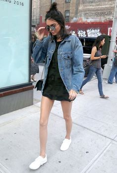 Kendall Jenner, jaqueta jeans oversized, maxi t-shirt estampa camuflada, tênis branco