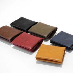 【cocochi koboオンラインストアより】 父の日プレゼントにオススメの商品をご紹介。 1枚目 コンパクトサイズのコインケース。お値段もお手頃な1980円。 2枚目 通帳ケース。通帳やお札がすっきり整理できます。 3枚目 薄型ミニ財布。ますますキャッシュレス化が進むなか、小さいお財布でミニマムに。 4枚目 薄型長財布。1万円札が折らずに入ります。薄いのでバッグの出し入れもラクラクです。  どの商品も色数豊富。ギフトラッピングは無料で承っております。 ご質問等ございましたらお気軽にお問い合わせください。 ------------------------------------------- お買い物はプロフィールのリンクからどうぞ @cocochikobo -------------------------------------------- #cocochikobo #人工皮革  #父の日プレゼント  #ミニ財布  #ミニマリスト  #薄型財布  #プレゼント Card Case, Wallet, Instagram, Purses, Diy Wallet, Purse