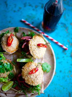 Slider #1: speltbolle, oksebøf, rucula, chilimayo, syltede rødløg  Slider #2: speltbolle, tunbøf, koriander, citronmayo  Slider #3: speltbolle, selleribøf, hjemmesyltede agurker, krølsalat, krydderurtemayo