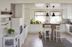 Ginan tilava ja kodikas avonainen keittiö- ja ruokailutila huokuu lämpöä
